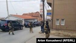Policë të EULEX-it pranë shtëpisë së Jakup Krasniqit.