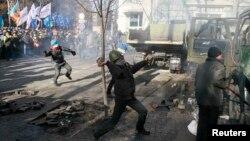 Сторонники оппозиции вступили в столкновения с милицией, пытаясь прорваться к Верховной Раде.