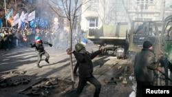 Столкновения между протестующими и милицией у Верховной Рады. Киев, 18 февраля 2014 года.