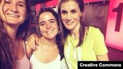 Снимок двух мадридских девушек с королевой Летисией (справа) обошел многие испанские СМИ