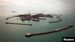 Вид на искусственные острова Кашагана в Каспийском море. 7 апреля 2013 года.