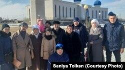 Пострадавшие во время Жанаозенских событий и родственники погибших у городской мечети. Жанаозен, 8 декабря 2019 года.