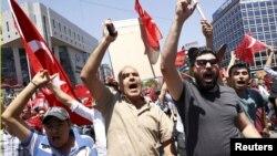 Թուրքիայի նախագահ Ռեջեփ Էրդողանի աջակիցները փողոց են դուրս եկել՝ բողոքելով հեղաշրջման փորձ կատարողների դեմ, 16-ը հուլիսի, 2016թ․