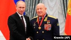 الکسی لئونوف (راست) در کنار ولادیمیر پوتین؛ ژوئن ۲۰۱۳