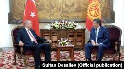 Президент Турции Реджеп Тайип Эрдоган (слева) во время официального визита в Кыргызстан с президентом Кыргызстана Сооронбаем Жээнбековым. Бишкек, 1 сентября 2018 года.