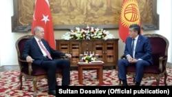 Түркия президенті Режеп Ердоған (сол жжақта) мен Қырғызстан президенті Сооронбай Жээнбеков. Бішкек, 1 қыркүйек 2018 жыл.