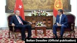 Түркия президенті Режеп Ердоған (сол жақта) мен Қырғызстан президенті Сооронбай Жээнбеков. Бішкек, 1 қыркүйек 2018 жыл.