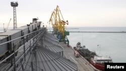 Зерновой терминал в морском порту Актау.