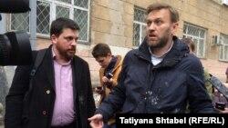 Леонид Волков и Алексей Навальный после нападения в Новосибирске