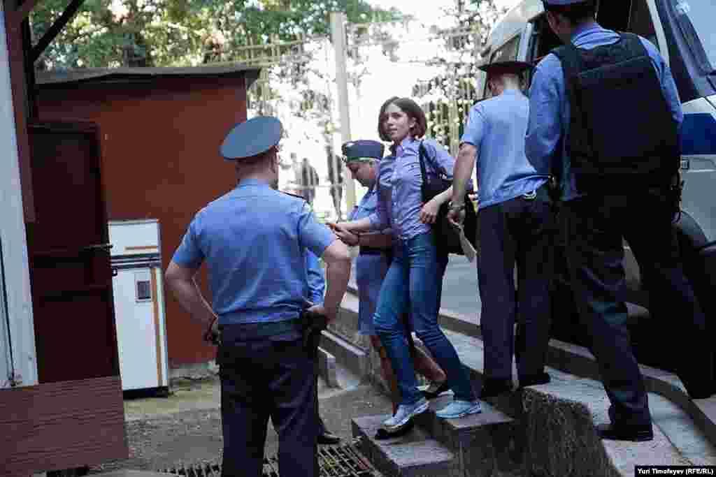 Толоконникову доставляют в Хамовнический суд, 30 июля 2012 года