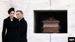 """Моника Белуччи и Дэниел Крейг на съемках фильма """"Спектр"""" в Италии"""