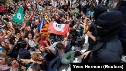 Ako vlasti u Madridu ukinu autonomiju Kataloniji samo će pojačati secesionističke težnje. (Foto: Ispred policijske stanice u Barseloni 2. oktobra 2017.)