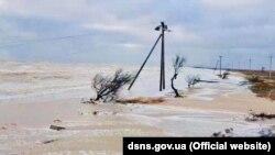 Як нагадали у ДСНС, сильний вітер і високі хвилі на Азовському узбережжі призвели до підвищення рівня води на з'єднаній з островом Федотовій косі