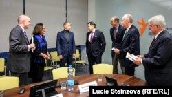 Станіслав Асєєв (третій зліва) під час зустрічі з групою американських сенаторів в офісі Радіо Свобода у Празі, 14 лютого 2020 року