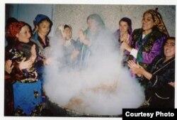 """Женщины варят """"сумалак"""", традиционное блюдо во время празднования Наурыза в Узбекистане."""