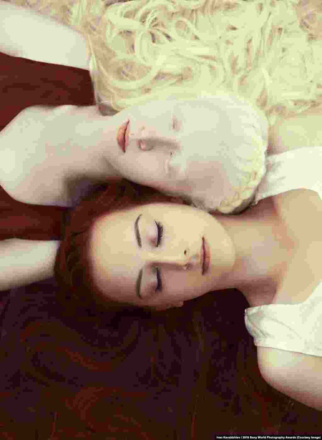 Photographer Ivan Kavaldzhiev of Bulgaria: Snow-White And Rose-Red The photographer interprets a Grimm's fairy tale.