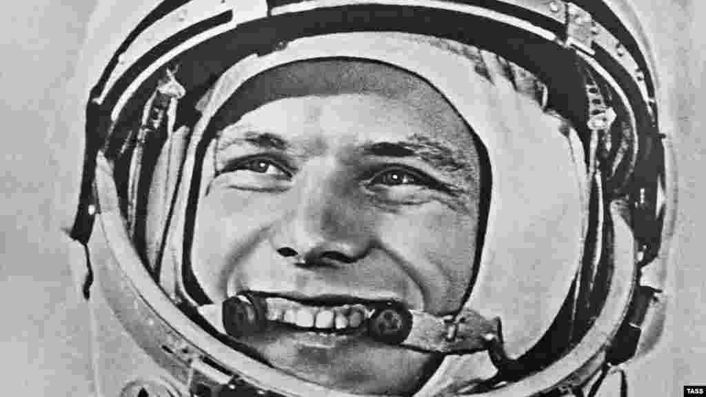Юрий Гагарин перед первым стартом в космос. Байконур, 12 апреля 1961 года.