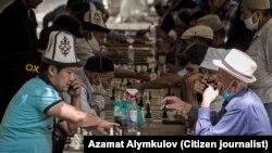 Ош шаарындагы Навои эс алуу багында шахмат ойноп отурган тургундар. Июнь, 2020-жыл.