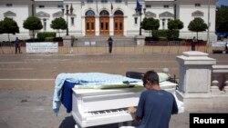 Proteste cîntate la... pian în fața Parlamentului, în centrul Sofiei