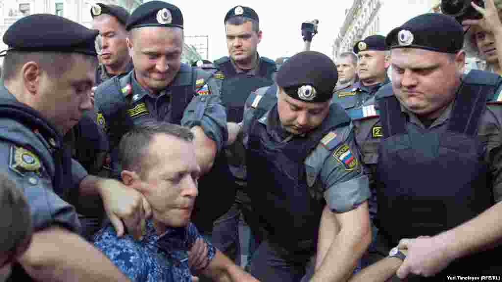 Они были окружены милицией и задержаны