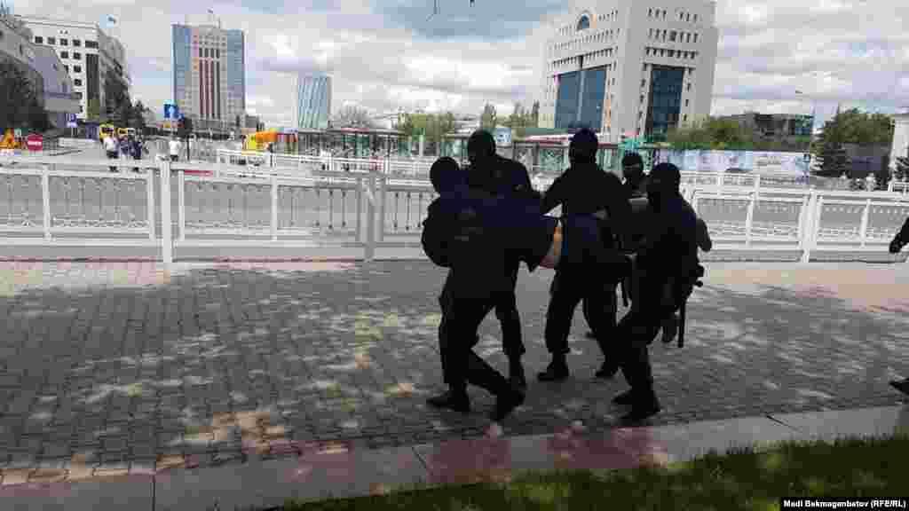 Люди в ответ сказали, что не участвуют в митинге. Некоторые выразили возмущение тем, что полиция задерживает сидящих или стоящих молча людей.