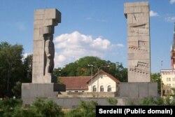 «Пам'ятник вдячності Червоній армії», який в народі називають «шибеницями», Ольштин