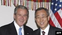 جرج بوش به همراه بان گی مون، دبیر کل سازمان ملل متحد