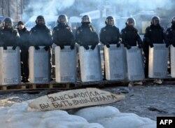 Самодельный плакат перед линией спецназа на улице Грушевского в Киеве, 5 февраля
