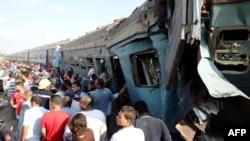 Njerëzit janë mbledhur afër vendit ku dje janë përplasur trenat afër qytetit Aleksandria në Egjipt