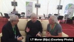 Scriitorul britanic Jonathan Coe (centru) vorbește cu Dan Alexe (dreapta) și jurnalistul de la Charlie Hebdo Antonio Fischetti (stânga).