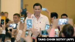 دوترته برای فیلیپینیهای هوادارش در کامبوج دست تکان میدهد