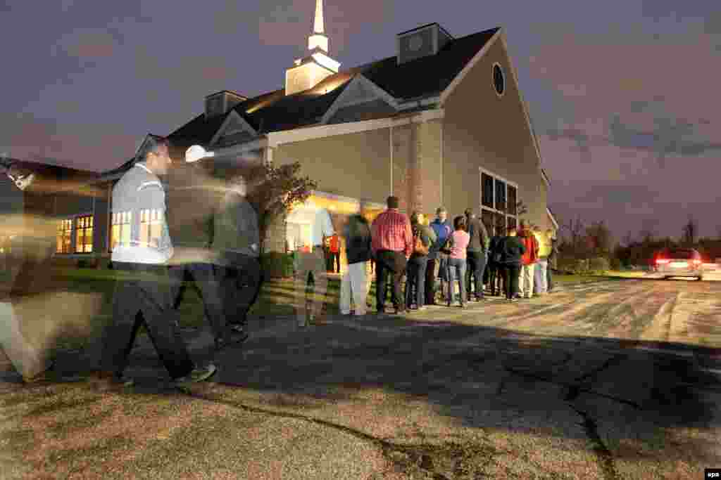 Более 150 человек выстроились в очередь на участок в городе Дирфилд, Огайо