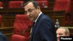 Armenia - Economy Minister Artsvik Minasian attends a parliament session in Yerevan, 10May2016.