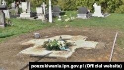 Місце пам'ятника воїнам УПА на сільському цвинтарі у Грушовичах, що неподалік Перемишля