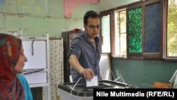 مصري يدلي بصوته في القاهرة