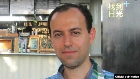 کوچر بیرکار متولد سال ۱۳۶۶ در شهر مریوان کردستان است و سالها پیش به بریتانیا پناهنده شد.