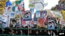 Демонстранты в Иране стоят с плакатами с антиамериканскими лозунгами напротив посольства США в Тегеране. 2 ноября 2012 года.