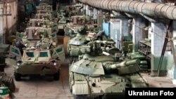 Модернізовані українські танки «Булат» та нові БТР у зборочному цеху заводу імені Малишева у Харкові