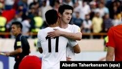 Иранский нападающий Сердар Азмун (справа) после матча со сброной Китая в Тегеране, март 2017 года