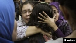 Родичі пасажирів російського літака чекають на інформацію з рятувального центру