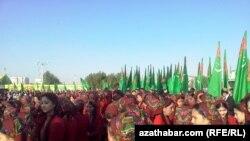 Туркменистан -- пачхьалкх йозуш ца хиларан де даздан кечамаш беш, къоман духар доьхна туркменхойн зудабераш, Туркменабат, ГIадужу-бутт, 15, 2013