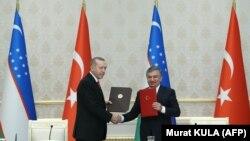 Претседателот на Турција Реџеп Таип Ердоган и неговиот узбекистански колега Шавкат Мирзиоев, Ташкент, 30.04.2018.