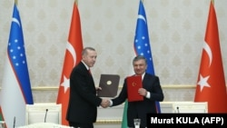 Президенты Узбекистана и Турции Шавкат Мирзияев (справа) и Реджеп Тайип Эрдоган. Ташкент, 30 апреля 2018 года.