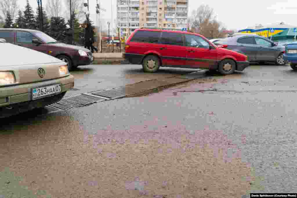 Выбоины на дороге в районе железнодорожного вокзала. Местные жители говорят, что ямы тут появляются вскоре после ремонтных работ. Уральск, март 2020 года.