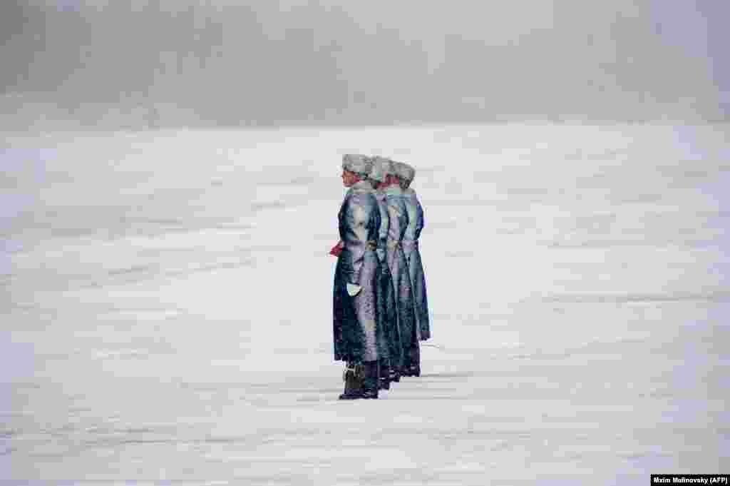 ბელორუსიაში, მინსკის მახლობლად, საპატიო ყარაული ესწრება რუსეთისგან შეძენილი სამხედრო ვერტმფრენების გადაცემის ცერემონიას.