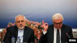 والتر اشتاینمایر (راست) در کنار محمدجواد ظریف