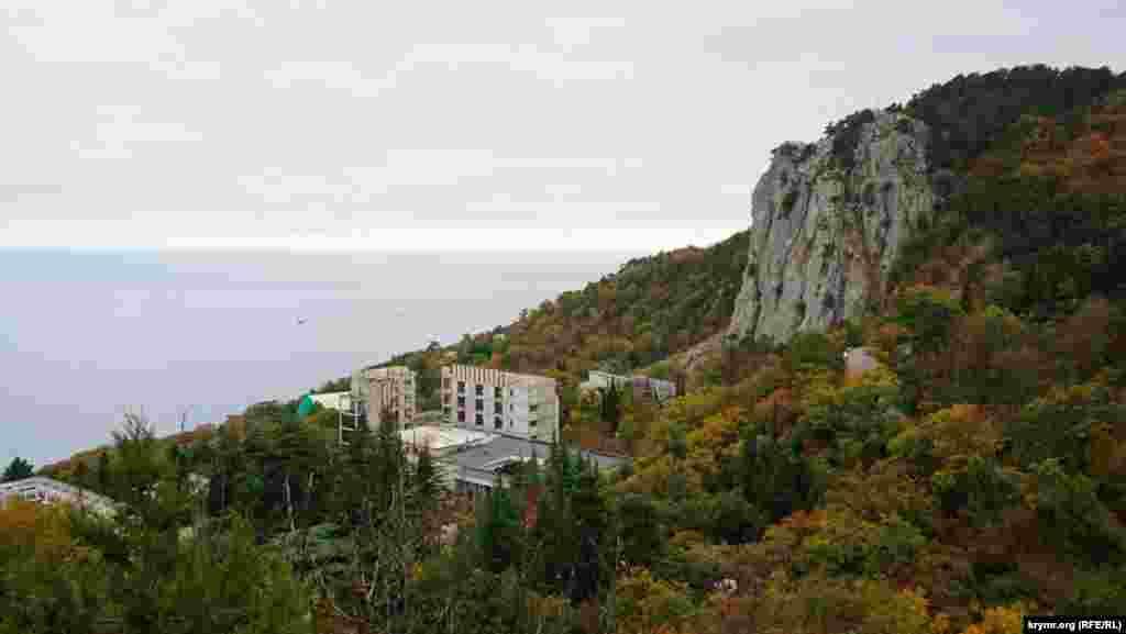 Гора Хрестова, або Ур'янда (кримськотатарська назва) ‒ майже поруч