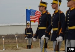 Румынские военнослужащие на церемонии начала строительства базы в Девеселу. Октябрь 2013 года
