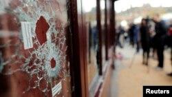 Теракт болған жердегі мейрамхананың оқ тескен терезесі. Париж, 14 қараша 2015 жыл.