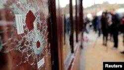 Окно ресторана Le Carillon в центре Парижа, пробитое пулей боевиков во время пятничных терактов. 14 ноября 2015 года.